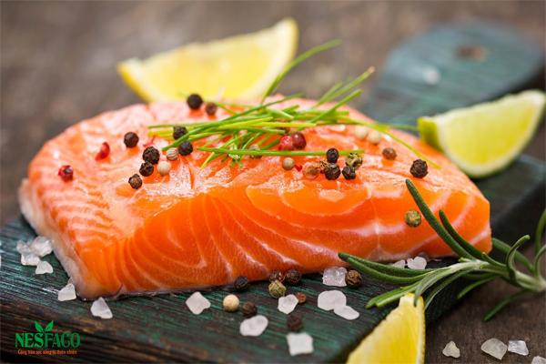 Cao huyết áp nên ăn gì – cá hồi và các loại cá chứa nhiều omega 3