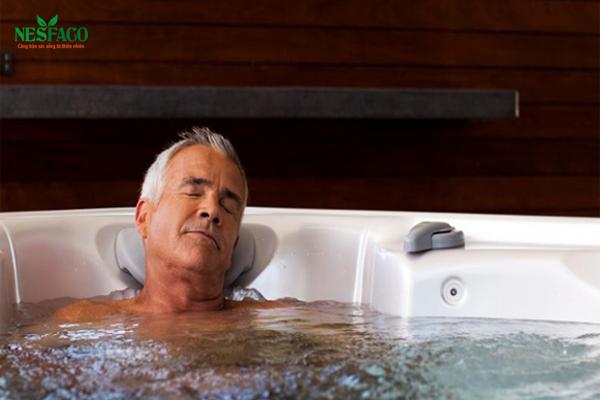 Cao huyết áp có nên tắm nước lạnh?
