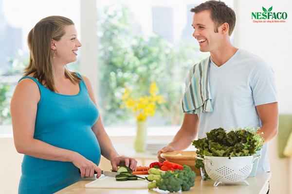 Áp dụng chế độ ăn uống giàu dinh dưỡng, lành mạnh để tránh ảnh hưởng của cao huyết áp khi mang thai